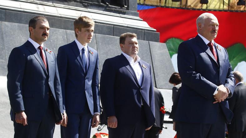 Prezydent Alaksandr Łukaszenka z synami Wiktarem, Nikołajem i Dmitrijem