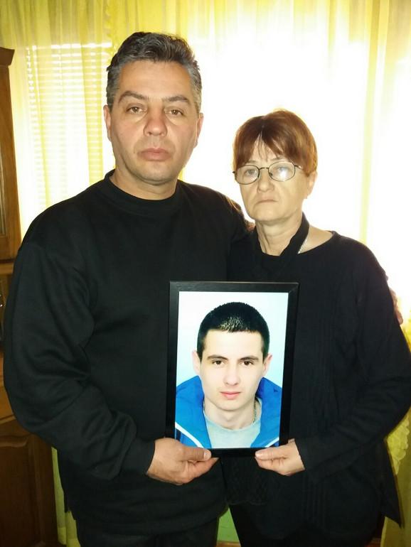 Dragan i Snežana sa slikom stradalog sina