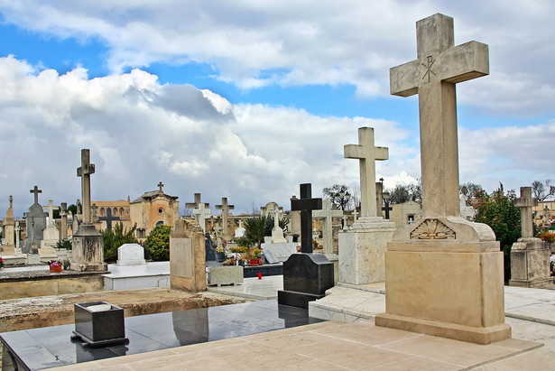 Ustalając wysokość opłat za korzystanie z cmentarza, rada gminy powołała się także na art. 4 ust.1 pkt. 2 ustawy o gospodarce komunalnej