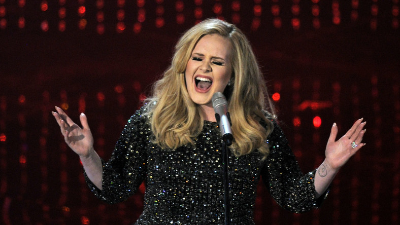 """Szczególnie zbawienny wpływ na nerwy ma przebój brytyjskiej wokalistki Adele """"Someone Like You"""". Tempo piosenki, wynoszące 67 uderzeń na minutę i jej melodyka mają szczególnie kojące działanie w trakcie podróży lotniczych"""