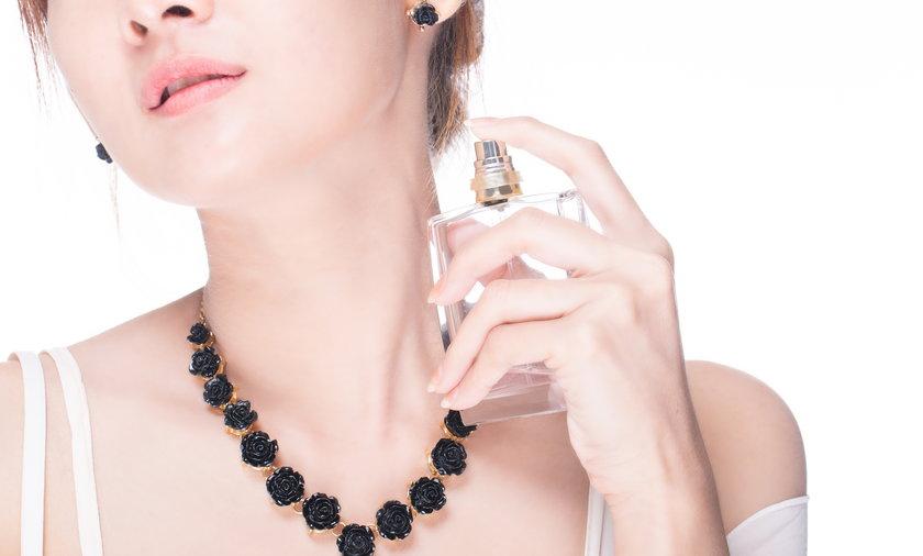 Kobieta perfumy flakon