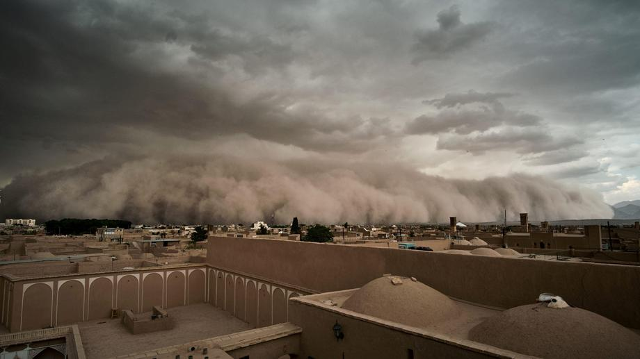 Sandstorm approaches in Yazd