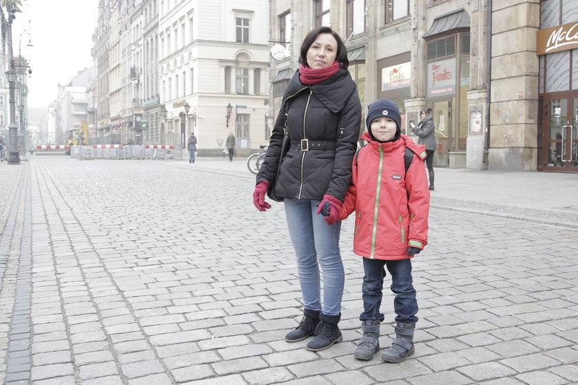 Mama przedszkola wraz ze swoim dzieckiem na wrocławskim Rynku