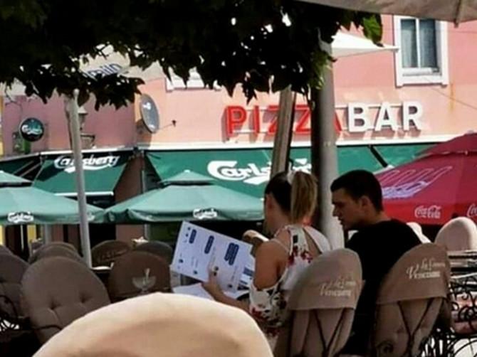 Scena koja je zabavila CELU SRBIJU: Sela je sa dečkom u kafić, a dobro pogledajte ŠTA DRŽI U RUCI - obliće vas HLADAN ZNOJ