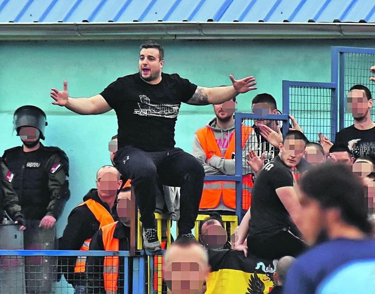 Ranjeni Vojislav Kaličanin nezvanično pripada grupi navijača Partizana koju predvodi Miloš Radisavljević, zvani Kimi