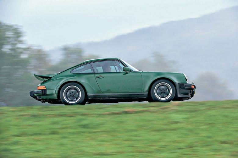 """W porównaniu z bazową """"911-ką"""" z przodu rozstaw kół zwiększono o 60 mm, a z tyłu – o 121 mm. To z kolei wymusiło zaprojektowanie większych nadkoli. Od jesieni 1983 r. za dopłatą oferowano wiele dodatków, które nadawały Carrerze wygląd Turbo."""