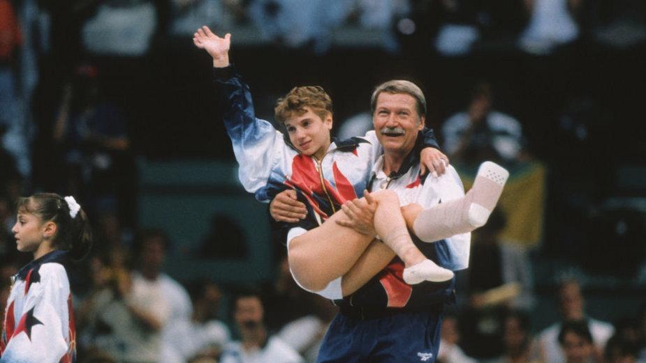 Trener Bela Karolyi niesie Kerri Strug na podium po olimpijskie złoto w Atlancie w 1996 r.