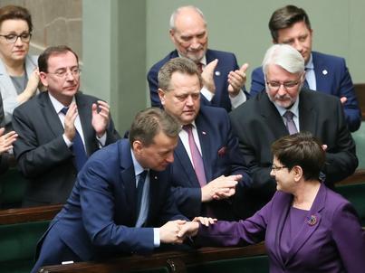 Mariusz Błaszczak pozostanie ministrem spraw wewnętrznych i administracji. Z sejmowej mównicy bronili go premier Beata Szydło i prezes Jarosław Kaczyński