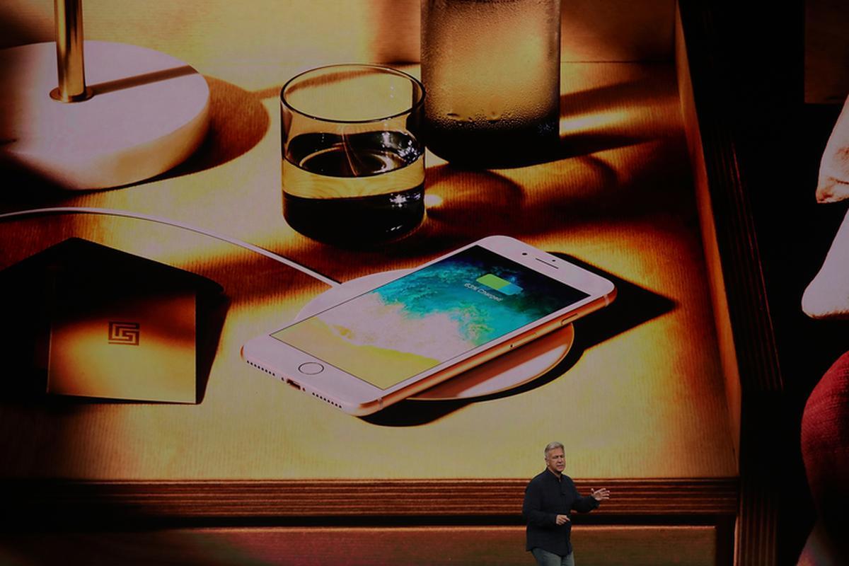 Nowe iPhone'y mają długo oczekiwaną funkcję ładowania indukcyjnego