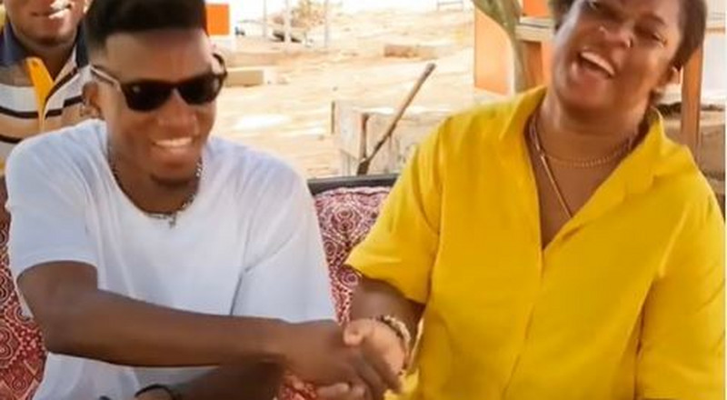 Kofi Kinaata ignores COVID-19 safety protocols as he hugs and shakes hands with a fan (VIDEO)