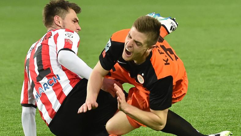 Piłkarz Cracovii Hubert Wołąkiewicz (L) i Krzysztof Piątek (P) z KGHM Zagłębia Lubin, podczas meczu Ekstraklasy
