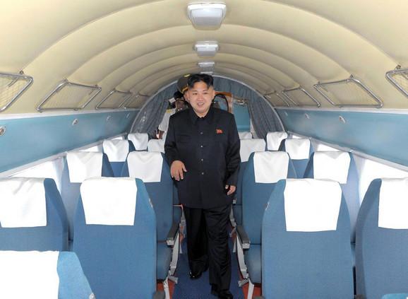 Kim Džong Un u putničkom avionu na aerodromu u Pjongjangu 6. jula 2012.