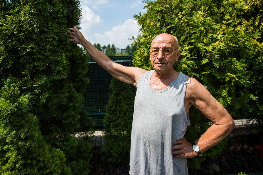 Wziął kij od szczotki i zaczął wypychać węża z ogrodu