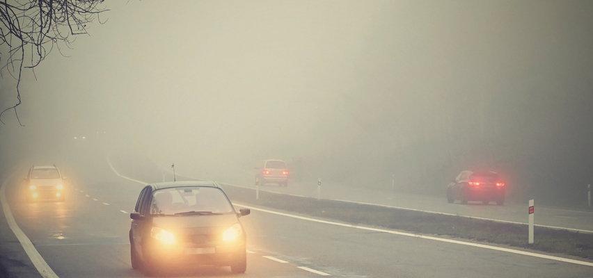 Wielu kierowców zapomina o tym przepisie w czasie mgły. Policja tylko na to czeka!