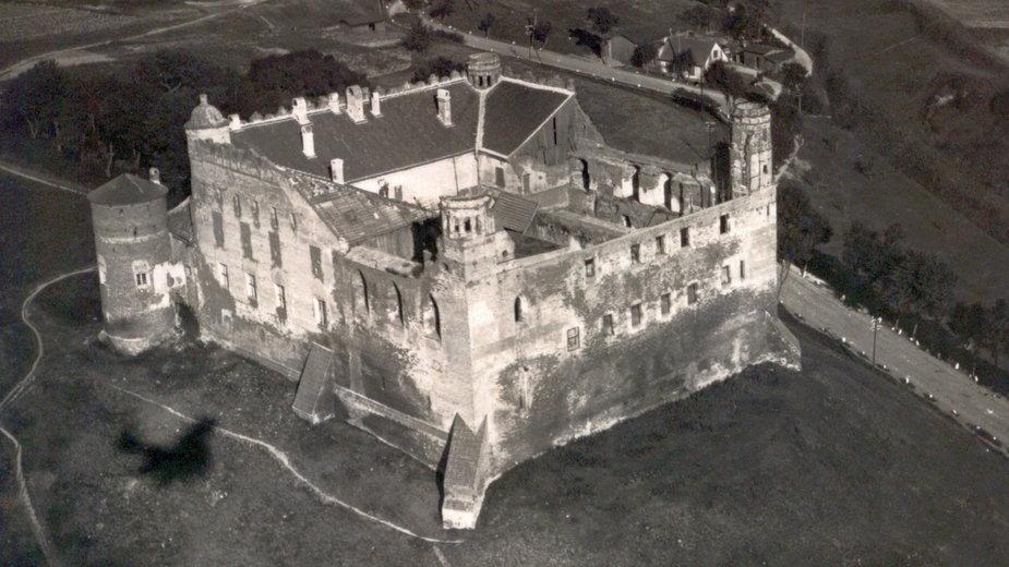 Widok z lotu ptaka na zamek krzyżacki w Golubiu po wojnie