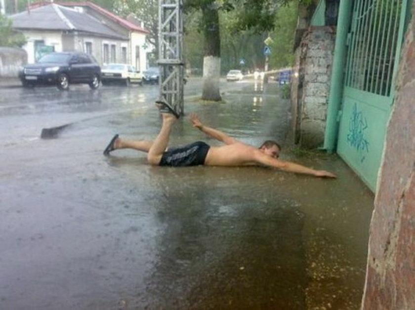 Pływa brzuchem po betonie