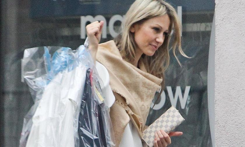 Magdalena Ogórek oddaje ubrania do pralni