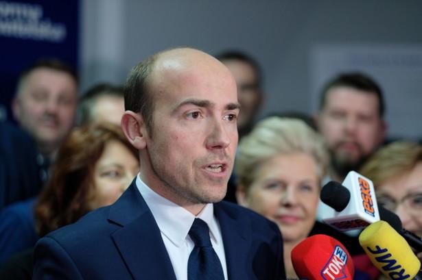 Oczekuję od premiera Morawieckiego zawieszenia Mariusza Kamińskiego niezwłocznie, przekazania tej sprawy do prokuratury i publiczne wyjaśnienie stawianych zarzutów - powiedział Borys Budka
