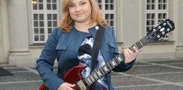 Córka Salety gra na gitarze w teledysku