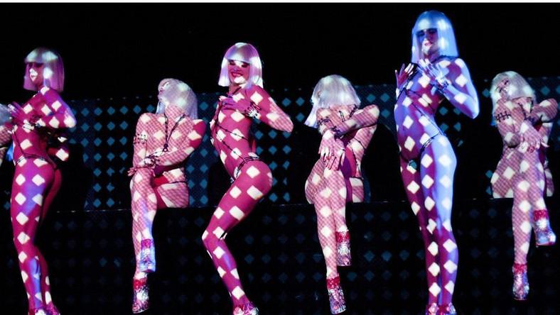 Christian Louboutin, jeden z najsłynniejszych paryskich i światowych projektantów, twórca równie legendarnych butów na czerwonej podeszwie, po raz kolejny połączył siły ze słynnym paryskim kabaretem Crazy Horse