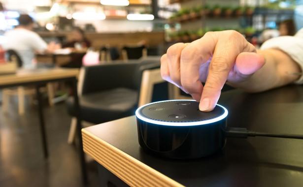 W celu utrzymania konkurencyjności, banki masowo sięgnęły po usługi asystentów głosowych, opartych na sztucznej inteligencji. Udział takich systemów wzrósł w 2018 o 145% (dane globalne), a sami klienci przyjęli nową usługę z entuzjazmem i zainteresowaniem. Asystent głosowy Bank of America pozwala konsumentom na głosowe zarządzanie kontem, Barclays oddaje głos Siri, która prowadzi klienta przez proces robienia przelewów, a bank Capital One, korzystając z Alexy (Amazon), pozwala na swobodny dostęp do wszystkich funkcjonalności mobilnej aplikacji.