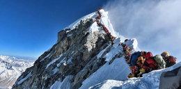 Mijali zamarznięte zwłoki w kolejce na Mount Everest