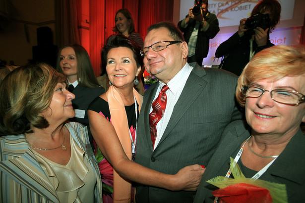 Poseł SLD, Ryszard Kalisz i była Pierwsza Dama, Jolanta Kwaśniewska podczas III Europejskiego Kongresu Kobiet odbywającego się w Warszawie
