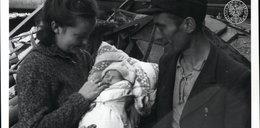 IPN szuka bohaterów poruszającej fotografii. Choć dookoła zrujnowana Warszawa, oni uśmiechają się wpatrzeni w niemowlę
