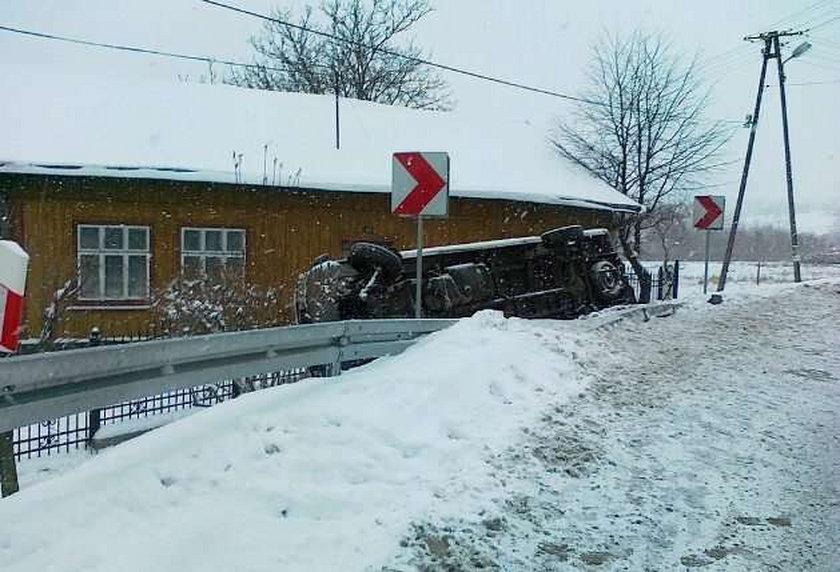 Bus przewrócił się na ogrodzenie