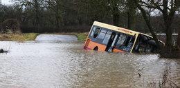 Woda porwała autobus. W środku były dzieci!