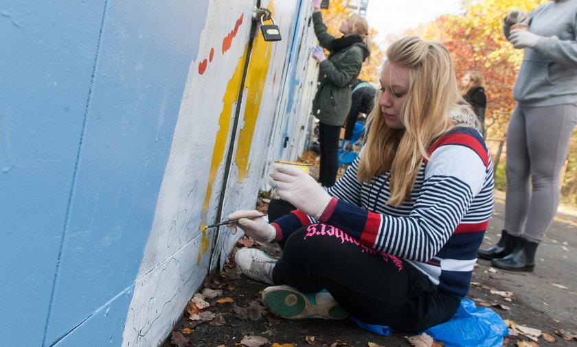 Na Jeżycach uczniowie odmalowali stare garaże z księdzem