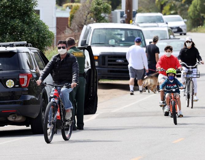 """Sajmon Kauel vozi i """"običan"""" bicikl, a u Malibuu je ovih dana malo hladnije: u pozadini vidite njegovog sinčića Erika"""
