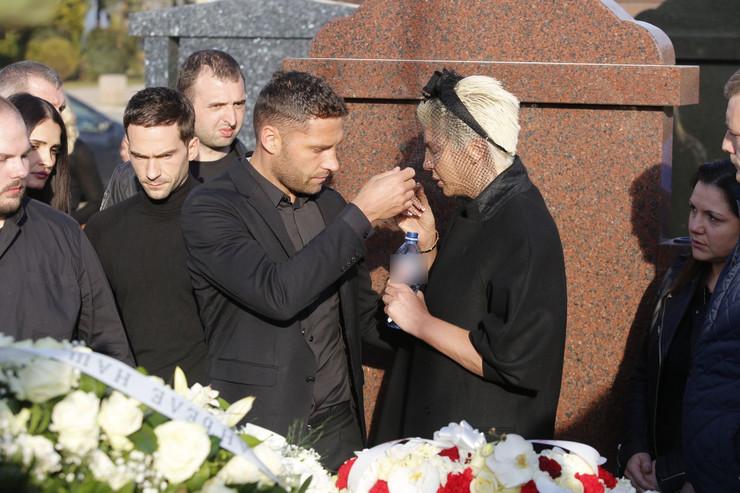 JELENI KARLEUŠI POZLILO NAKON SAHRANE Duško Tošić joj doneo vodu, hitno je izveli sa groblja
