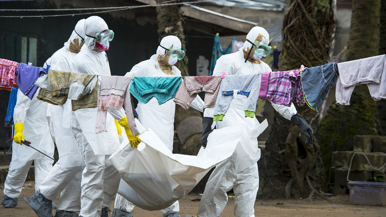 Medics carry the body of an Ebola victim during a past incident (vox)