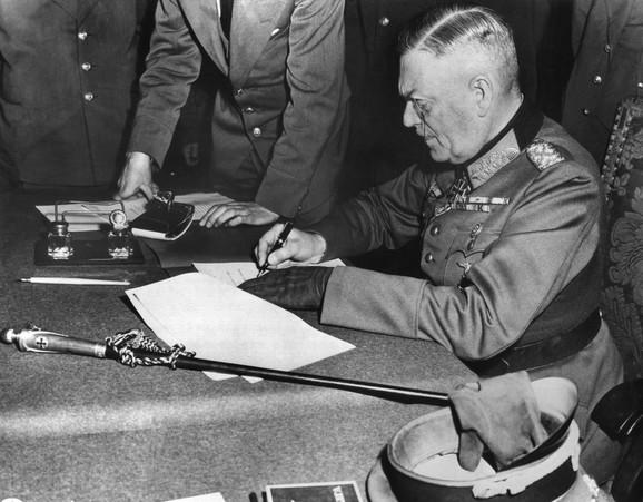 Feldmaršal Kajtel potpisuje kapitulaciju