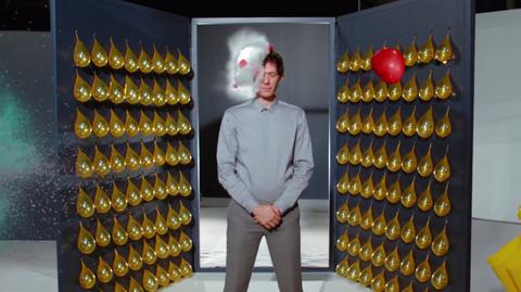 Na teledysku wybucha m.in. 128 złotych balonów