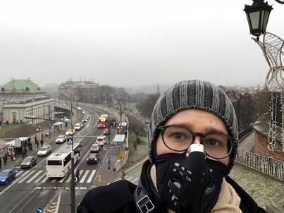 Maska antysmogowa nie jest szczytem wygody, ale mi pomaga.