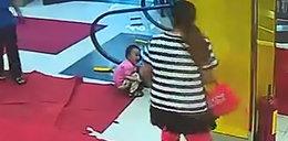 Schody ruchome wciągnęły rączkę dziecka na oczach matki