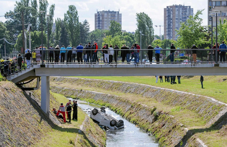 Kragujevac automobil sleteo u korito reke Lepenice, spasavanje