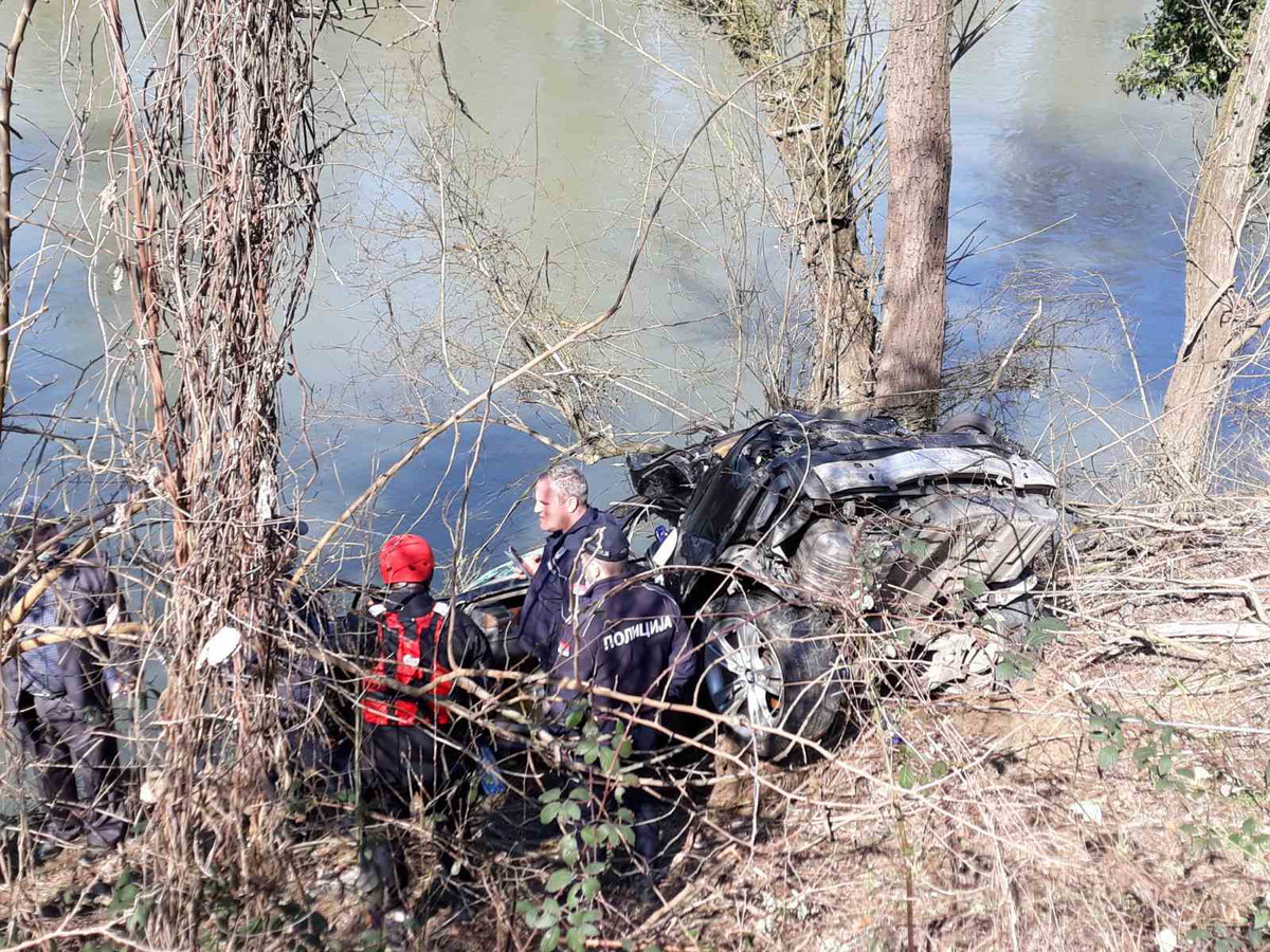 FRIENDS MEET MORAVA A rescuer pulled a BMW out of the river with a cable, the driver's body was found, another young man is still being sought