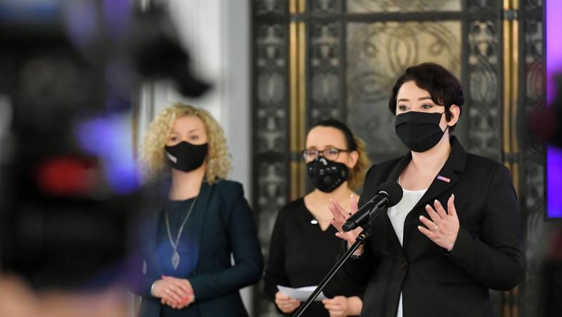 Posłanki Lewicy Anna Maria Żukowska, Katarzyna Kotula oraz Marcelina Zawisza