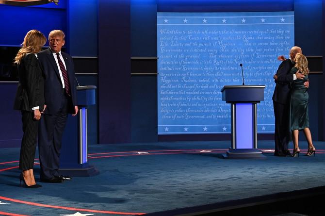 Bračni par Tramp i bračni par Bajden na pozornici