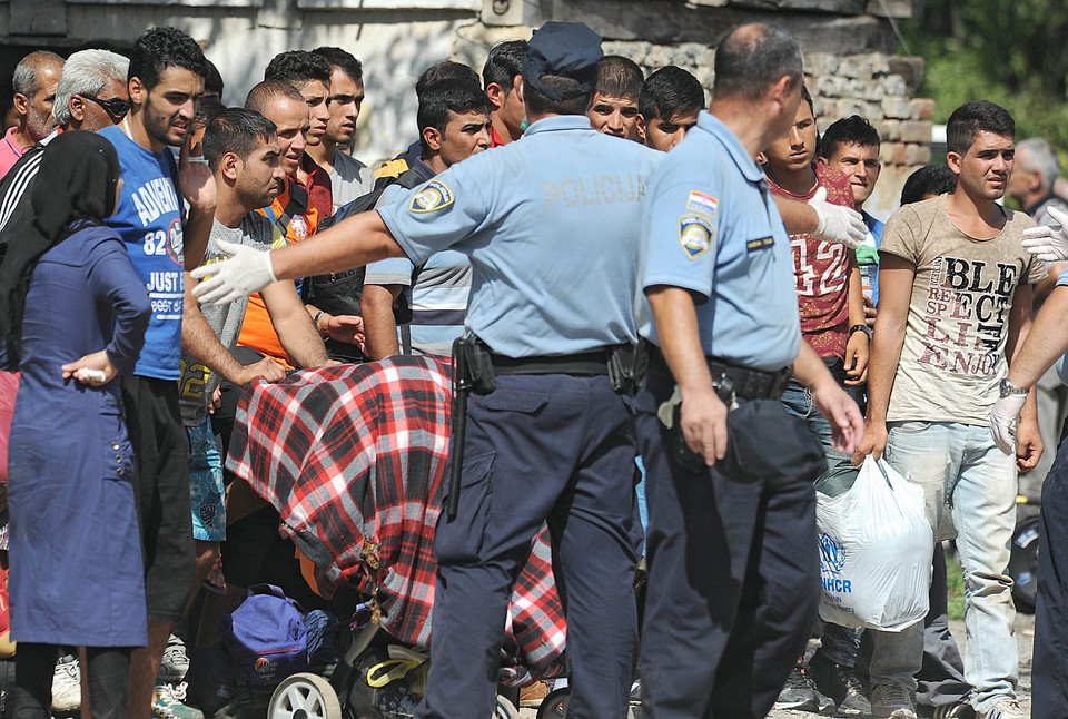 CROATIA SERBIA REFUGEES MIGRATION CRISIS (Refugees arrive in Croatia, changing course on Balkan route to EU)