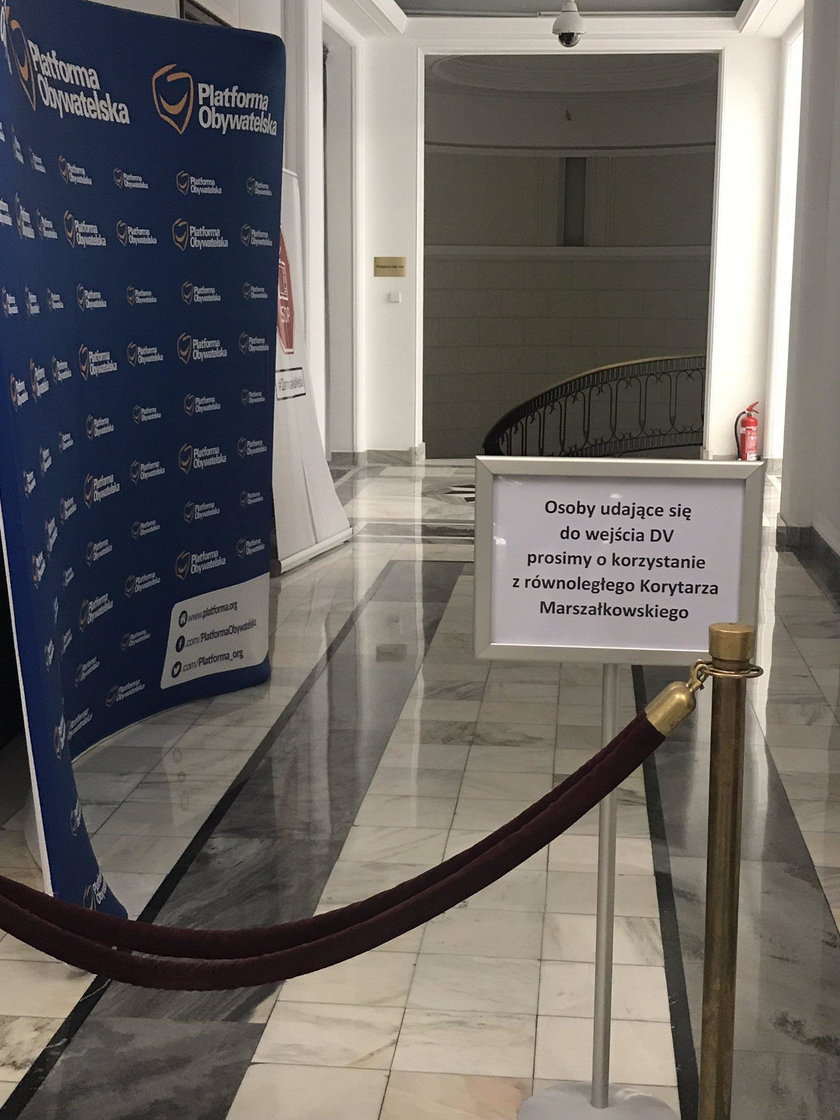 Kuchciński znów grodzi Sejm. Te zdjęcia mówią wszystko