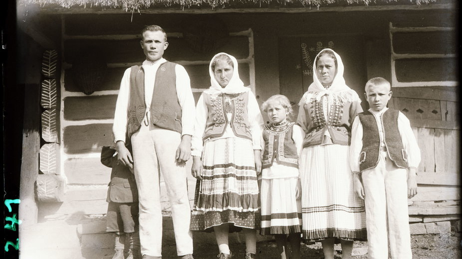 Grupa Łemków, Żubracze 1935, fot. Roman Reinfuss