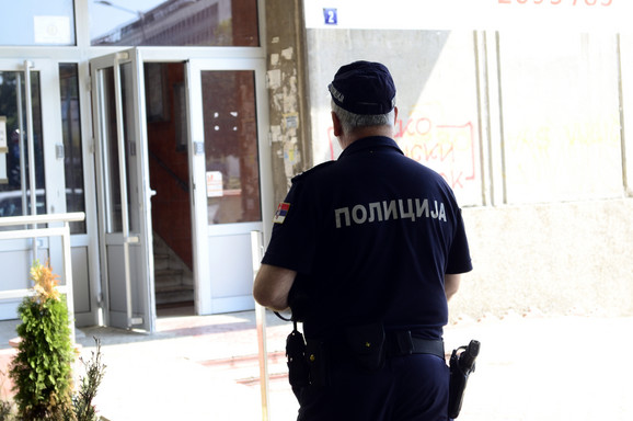 Policija stoji ispred ulaza u zgradu gde se dogodila pucnjava
