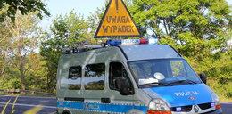 Mazda wbiła się w słup. Dwie osoby nie żyją. Wideo