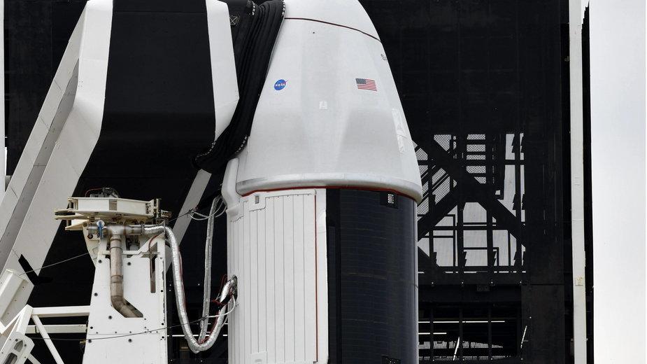 Statek kosmiczny SpaceX Dragon 2 na szczycie rakiety Falcon 9