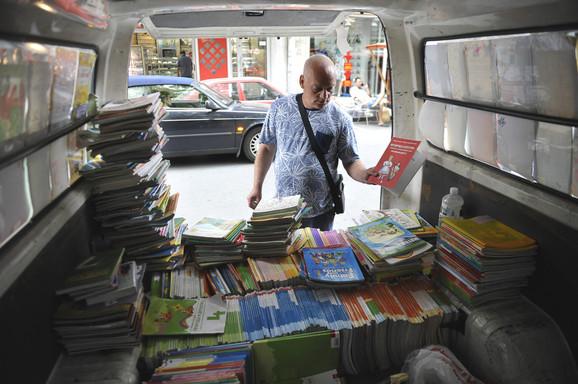 Ulicni prodavci knjiga u Kosovskoj ulici