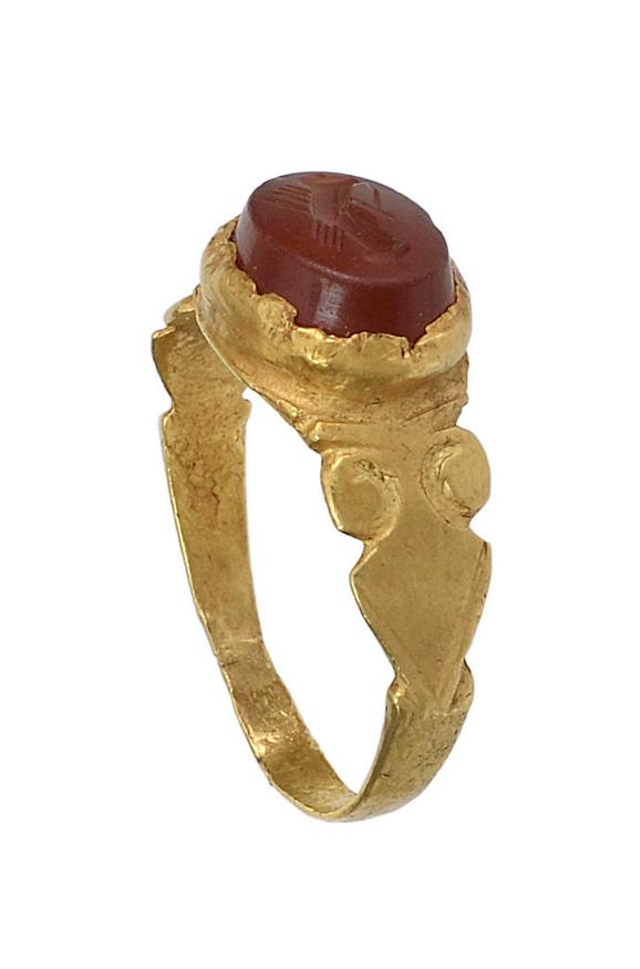 Rimski venčani prsten III vek, zlato, karneol, Istorijski muzej Srbije